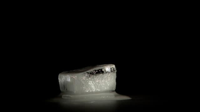 un cubetto di ghiaccio di fusione-hd - ice on fire video stock e b–roll