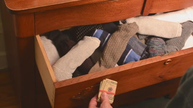 cash in sock - örtmek stok videoları ve detay görüntü çekimi