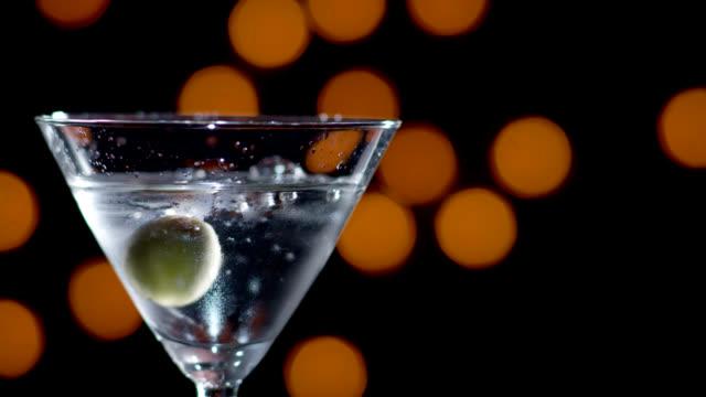 martini con olive bassa rallentatore - martini video stock e b–roll