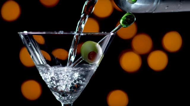 martini essere versato-rallentatore - martini video stock e b–roll