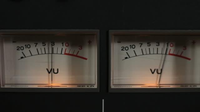 vídeos de stock, filmes e b-roll de vu metros close-up - podcast