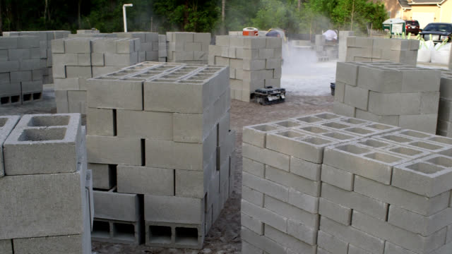 vídeos de stock e filmes b-roll de local de construção de blocos de cinzas - cinza