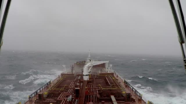 tempesta sul mare - nave cisterna video stock e b–roll