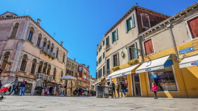 time lapse di gente cammina rapidamente a venezia via a legale - lombardia video stock e b–roll
