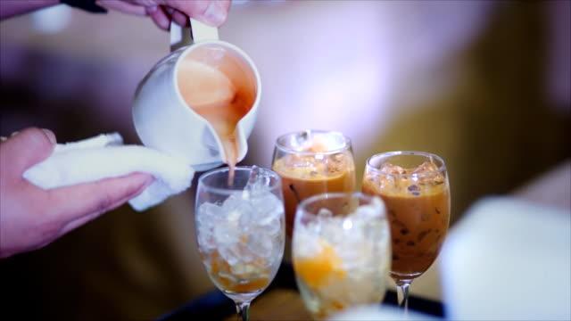 vídeos de stock e filmes b-roll de empregado de café de fazer café - café gelado