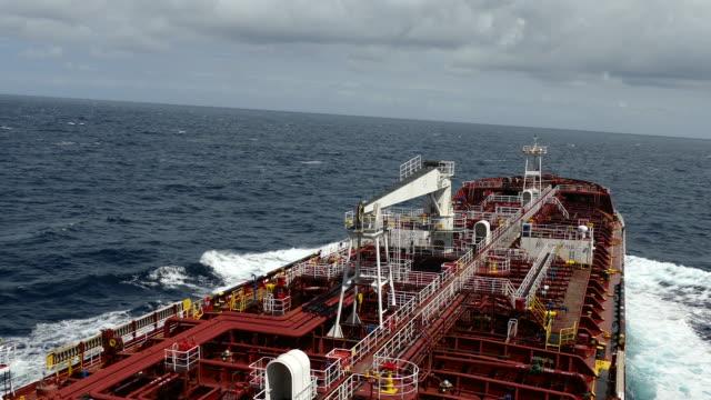 vídeos de stock, filmes e b-roll de petroleiro de rolamento - navio tanque embarcação industrial