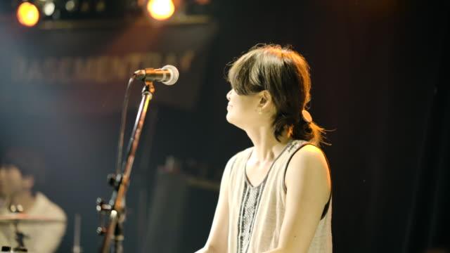 vídeos de stock, filmes e b-roll de ライブの女性 ピアノを弾いている - somente japonês