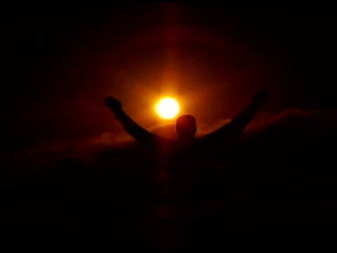 vidéos et rushes de homme (dv) au coucher du soleil - bras humain