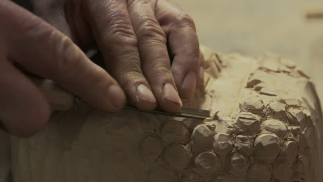 wood artist - incisione oggetto creato dall'uomo video stock e b–roll