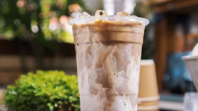 geeiste kaffee latte - milchkaffee stock-videos und b-roll-filmmaterial