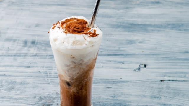 iskallt kaffe latte - iskaffe bildbanksvideor och videomaterial från bakom kulisserna