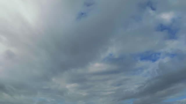 青空タイムラプス流れる雲 - 里山点の映像素材/bロール