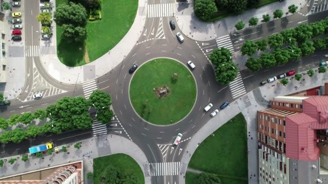 vídeos de stock e filmes b-roll de cenital roundabout - green city