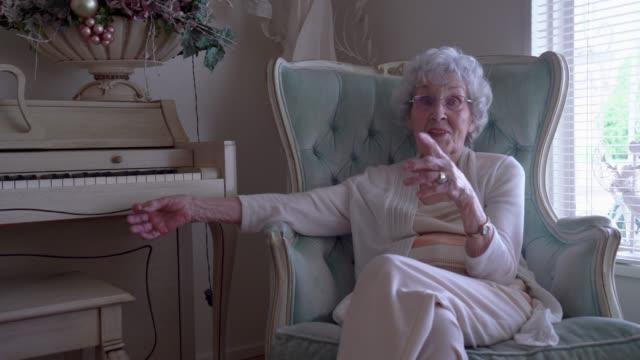 vídeos de stock, filmes e b-roll de mulher idosa de 100 anos que tem uma conversação alegre em seu repouso - geriatria