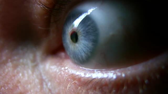 stockvideo's en b-roll-footage met hd 1080i closeup of eyeball 1 - ongerustheid