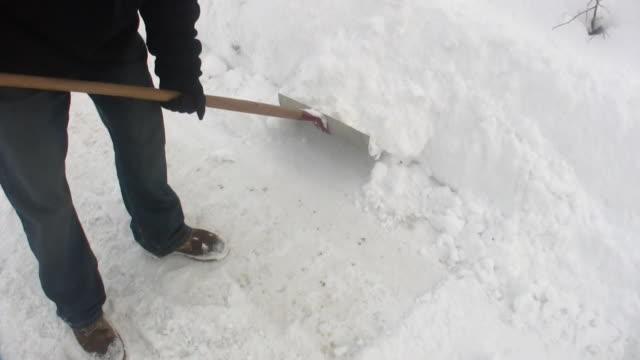 hd 1080i man shoveling snow 3 - skyffel bildbanksvideor och videomaterial från bakom kulisserna