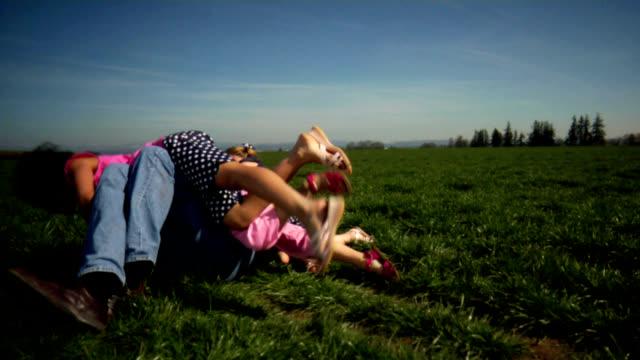 HD 1080 p-Dad がにタックルされた 3 つの女性 ビデオ
