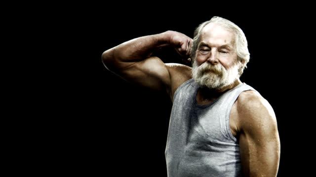 hd 1080 p przedarte starszy wygina biceps - napinać mięśnie filmów i materiałów b-roll