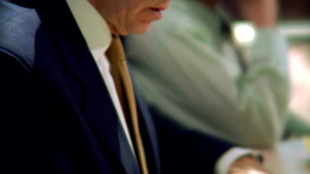 hd 1080 p-senior man in 의사협회 회의인가 - 이율 스톡 비디오 및 b-롤 화면