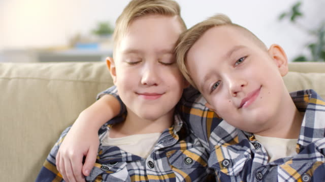 10-year-old caucasian twins posing for camera - gemelle video stock e b–roll