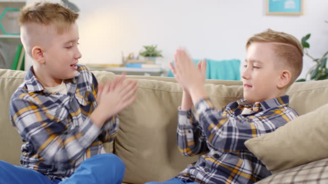 10-year-old twin boys playing clapping game - gemelle video stock e b–roll