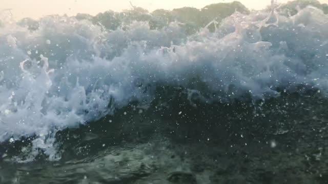 vídeos y material grabado en eventos de stock de 120fps slow motion ocean white water wave surf chocando hacia la cámara, goa, india - marea