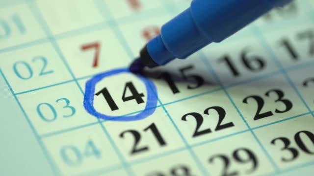 vídeos y material grabado en eventos de stock de 14o – decimocuarto día del mes. la mujer marca la fecha del calendario con un marcador azul - calendar