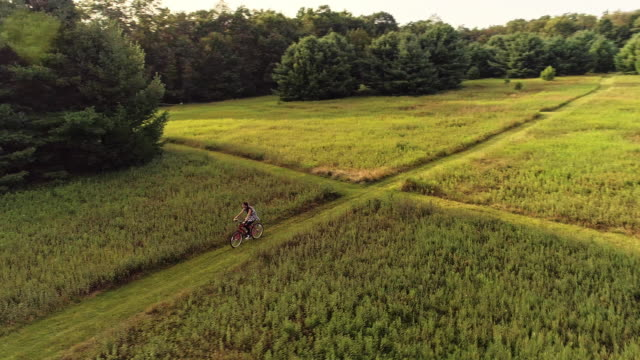 15-years-old teenager girl biking on the trail in the meadows at the ed. Poconos, Pennsylvania video