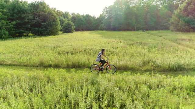 15 jahre alten teenager mädchen bike auf dem trail in den wiesen am hrsg. poconos, pennsylvania - pennsylvania stock-videos und b-roll-filmmaterial