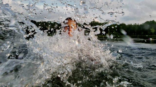 15 år gammal tonåring flicka bad och plaskade i sjön. - poconobergen bildbanksvideor och videomaterial från bakom kulisserna