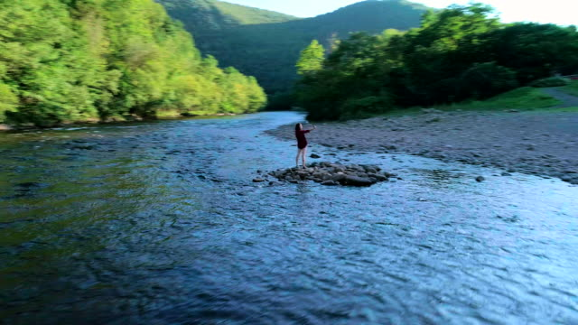 16-years-old teenager girl make selfie at the small island on the lehigh river near by jim thorpe - горы поконо стоковые видео и кадры b-roll