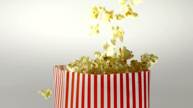 stockvideo's en b-roll-footage met 180fps super slow motion popcorn vallen in vintage tas - popcorn