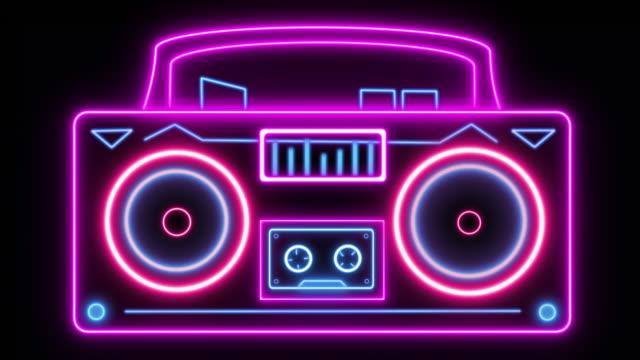 blaster ghetto in stile anni '80 con altoparlanti vibranti ad anello e lettore di cassette rotolanti - fumetto creazione artistica video stock e b–roll