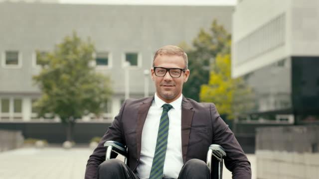 vídeos y material grabado en eventos de stock de 1 of15 salud y para personas con discapacidades en silla de ruedas, las personas de negocios al aire libre - wheelchair