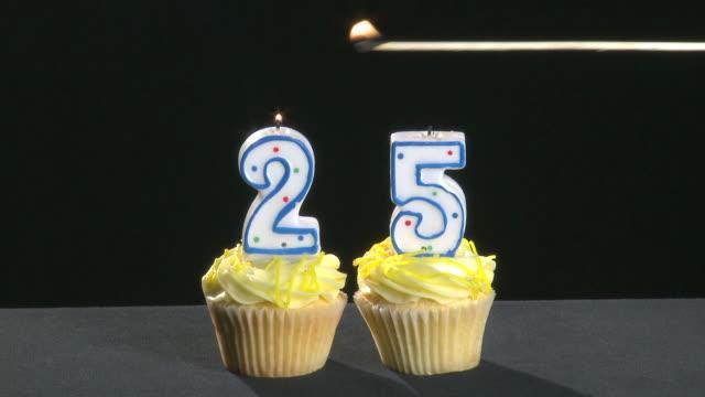 25. jubiläum schriftliche mit kerzen sorgen die geschäumte out - zahl 25 stock-videos und b-roll-filmmaterial