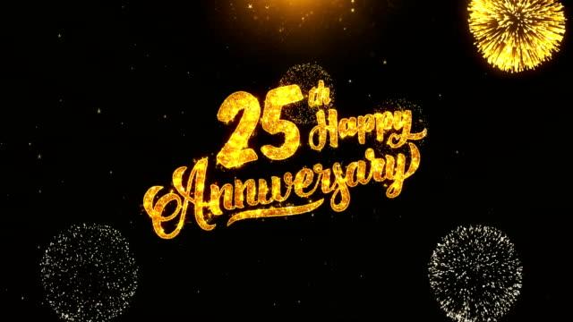 25 lyckliga årsdagen text hälsning och önskemål-made från glitter partiklar från golden fyrverkeri på svart natt rörelse bakgrunden. för fest, party, gratulationskort, inbjudningskort. - logotyp bildbanksvideor och videomaterial från bakom kulisserna