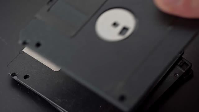 vídeos y material grabado en eventos de stock de disquetes de 3,5 pulgadas apilados uno encima del otro - disquete