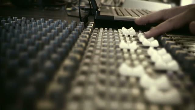 hd-aufnahmen von einer 35 mm: mischen-konsole - aufnahmestudio stock-videos und b-roll-filmmaterial