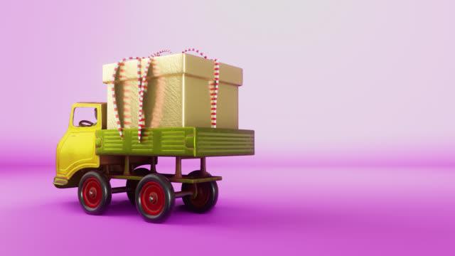 3d-animationsszene des gelben kopf metall lkw vintage spielzeug mit der goldenen geschenk-box läuft in die szene und lassen sie es auf der rechten seite und auslaufen. - drive illustration stock-videos und b-roll-filmmaterial