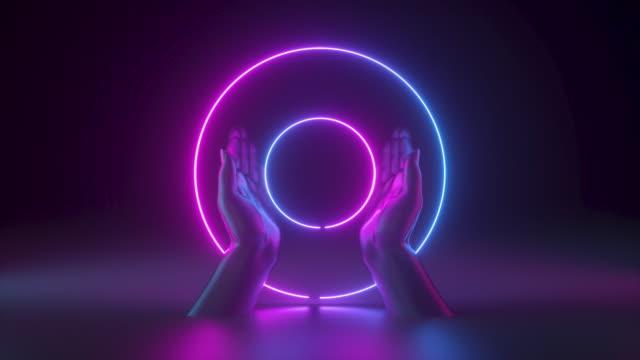 mani 3d isolate su sfondo nero, con anelli luminosi. cornice rotonda vuota con spazio di copia. luce al neon. concetto di moda astratta. - effetto luminoso video stock e b–roll