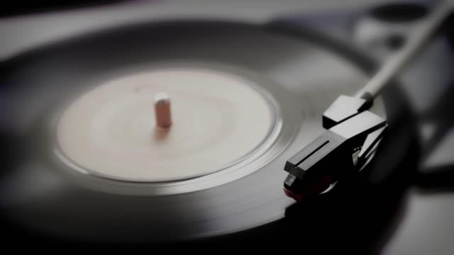 vídeos y material grabado en eventos de stock de 45rpm registro único en un plato giratorio. blanco y negro. - disco audio analógico