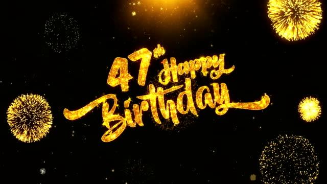 47 幸せな誕生日テキスト挨拶と希望カード製の黒夜モーション背景にキラキラ粒子から黄金花火表示。お祝い、パーティー、グリーティング カード、招待カードの ビデオ