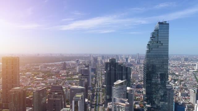 bangkok şehir merkezi, bangkok, tayland üzerinde uçan 4k havadan şehir görünümü. - bangkok stok videoları ve detay görüntü çekimi