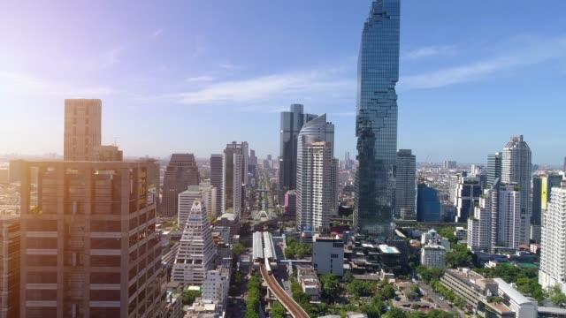 vídeos y material grabado en eventos de stock de 4k vista aérea de la ciudad del centro de bangkok, volando sobre bangkok, tailandia. - bangkok
