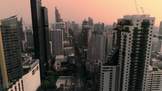 kavşak ve yollar ile bangkok şehir merkezinde 4k hava şehir görünümü, bangkok üzerinde uçan, tayland. - bangkok stok videoları ve detay görüntü çekimi