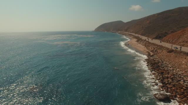 vidéos et rushes de 4 k vidéo aérienne de la plage de malibu, en californie - californie du sud