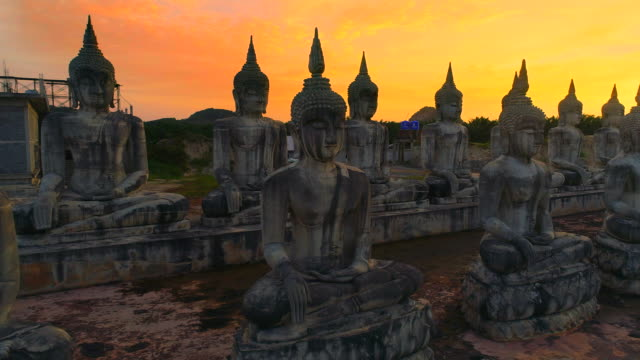 4 k aerial film schuss fliegen über eine gruppe von buddha-statue, nakornsrithammarat, thailand - kloster stock-videos und b-roll-filmmaterial