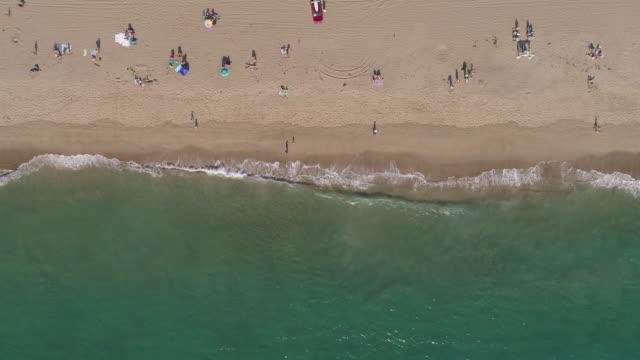 stockvideo's en b-roll-footage met 4 k antenne van een strand in malibu, californië - westelijke verenigde staten