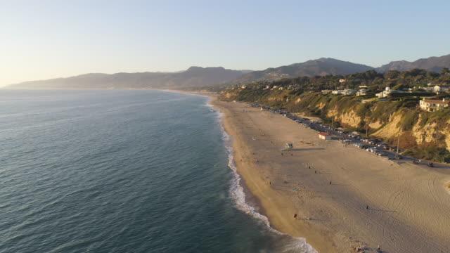 vídeos de stock e filmes b-roll de 4k aerial of a beach in malibu, california - estrada 001