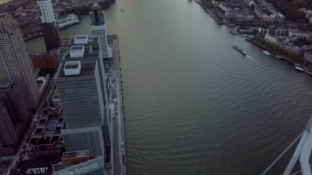 4 k antenn av erasmusbrug bron och staden skrapsår i rotterdam - drone amsterdam bildbanksvideor och videomaterial från bakom kulisserna